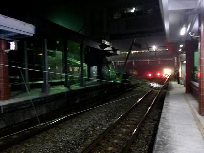 台鐵后里站電車線遭壓故障不通 估8點雙向搶通 | 華視新聞