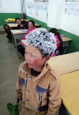 """零下9度去上學 男孩滿頭""""冰霜""""讓人心疼"""
