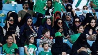 再解禁! 沙國邁向兩性平權 開放女性看足球賽