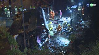 香港巴士翻車 至少18死64傷 司機生還被逮