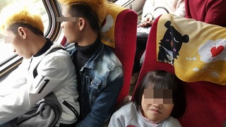 """超暖心! 火車擠爆""""有愛""""移工讓位給小孩"""