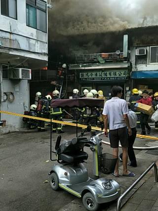 北市歸綏街民宅大火 火勢延燒4、5棟平房 一人灼傷