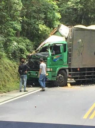 再出包! 景山貨運司機自撞山壁 副駕腳夾困車內