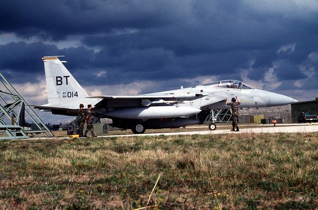 美軍F-15戰機墜沖繩外海 飛行員彈出搶救 | 華視新聞