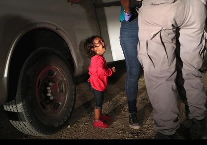 巨人川普府俯視痛哭移民女童 《時代》封面好揪心