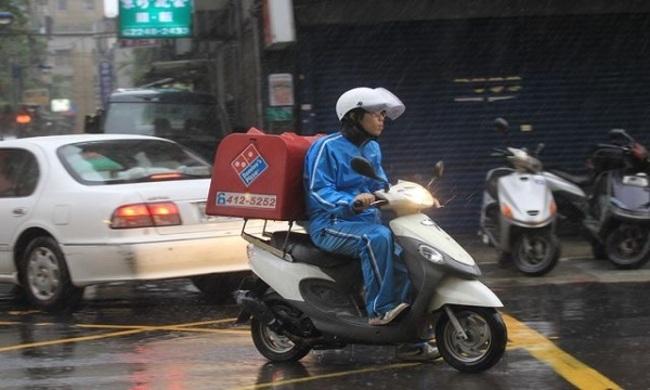 颱風天外送 3連鎖速食業者全喊卡 | 華視新聞
