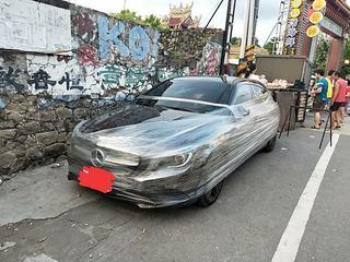 賓士車停白線遭「包膜」 網友PO照公審反打臉