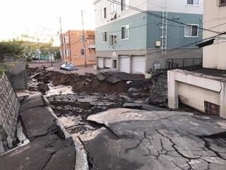 札幌驚現土壤液化 路面塌陷宛如末日