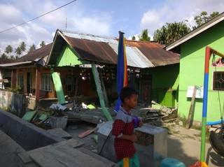 強震大海嘯重創印尼 屋毀橋斷至少384死