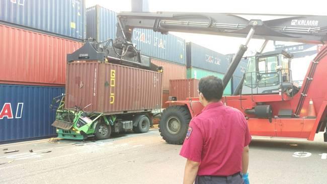 高雄碼頭吊運貨櫃突掉落 司機當場壓死 | 華視新聞