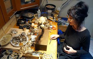 用貝殼創作雕塑15年 藝術家重金屬中毒患癡呆