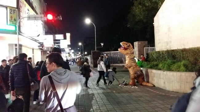 16歲女學生扮恐龍籌學費 竟遭毆打見血! | 華視新聞