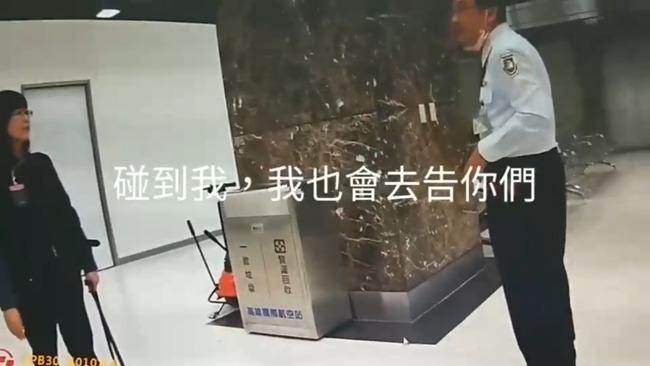 踹防疫犬被抓到了!  移民署官員辯稱「我怕被咬」 | 華視新聞
