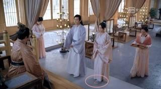 《獨孤皇后》穿幫照曝光! 陳喬恩腳穿現代塑膠拖