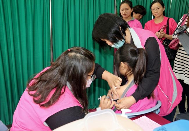防子宮頸癌!苗栗縣國一女生施打HPV疫苗 | 華視新聞
