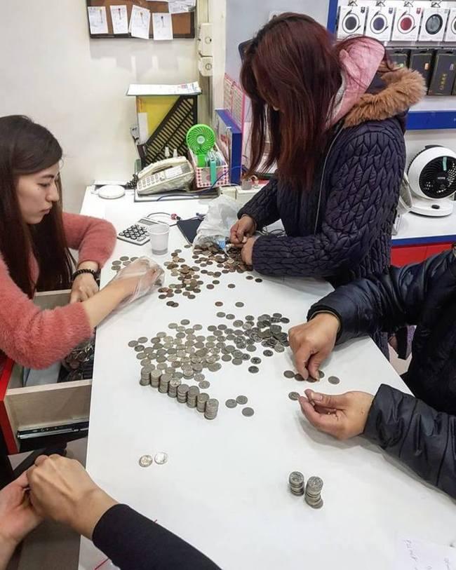 拿銅板買iPhone 店員數錢數到崩潰 | 華視新聞