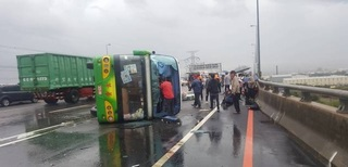 國三彰化和美交流道遊覽車翻覆 5重傷28輕傷