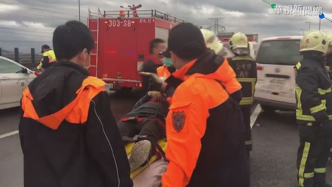 【午間搶先報】疑轎車打滑擦撞 遊覽車翻覆34輕重傷 | 華視新聞