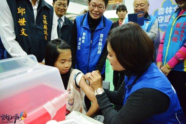 錯誤示範! 張麗善違規幫學生打疫苗 衛生局開罰 | 華視新聞