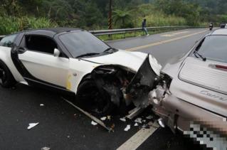 保時捷北宜自撞山壁 駕駛下車又遭賓士追撞