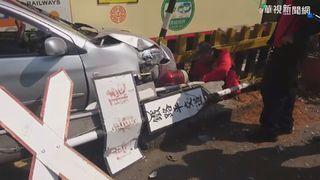 快訊/阿里山小火車撞轎車 1女受困獲救