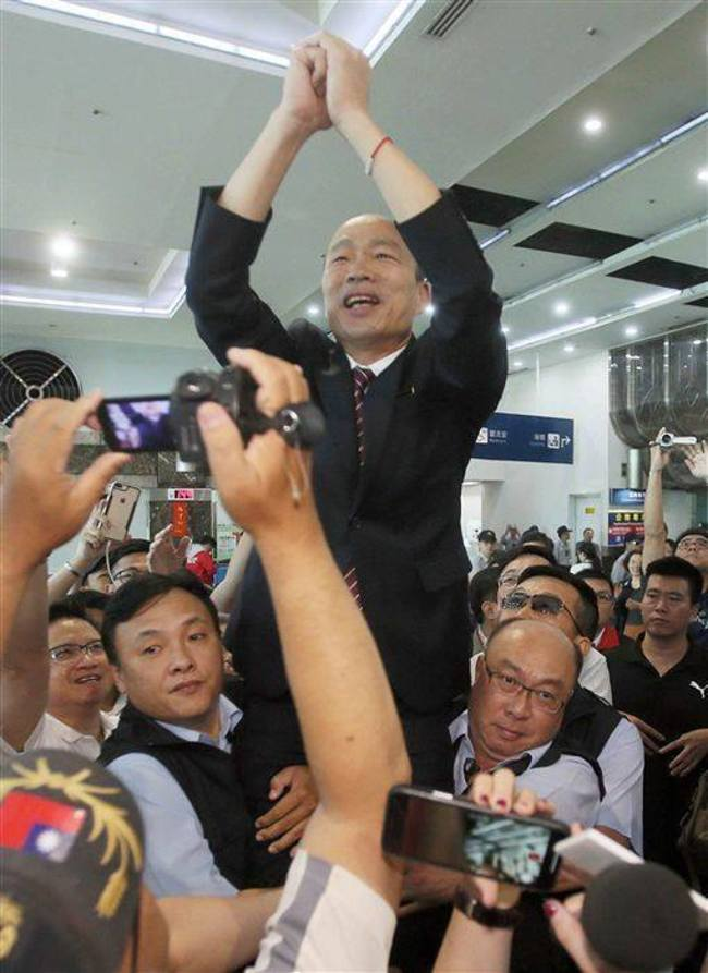 隨扈高舉韓國瑜! 王浩宇:我們都是公僕 沒那麼偉大 | 華視新聞