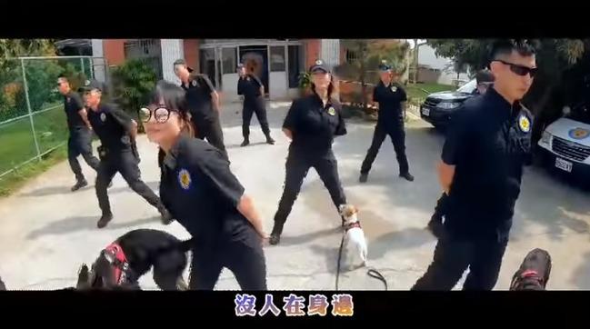 台中警犬隊慶周年!領犬員搞創意KUSO影片 | 華視新聞