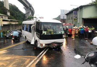 快訊》新北特教生接送車自撞 司機昏迷共8傷