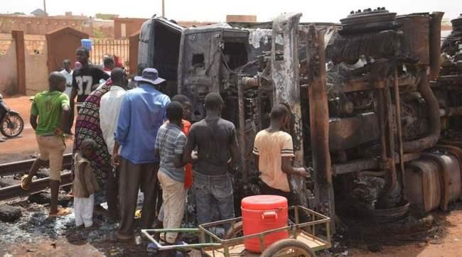 不要命! 非洲油罐車翻覆爆炸 民眾搶油釀58死 | 華視新聞