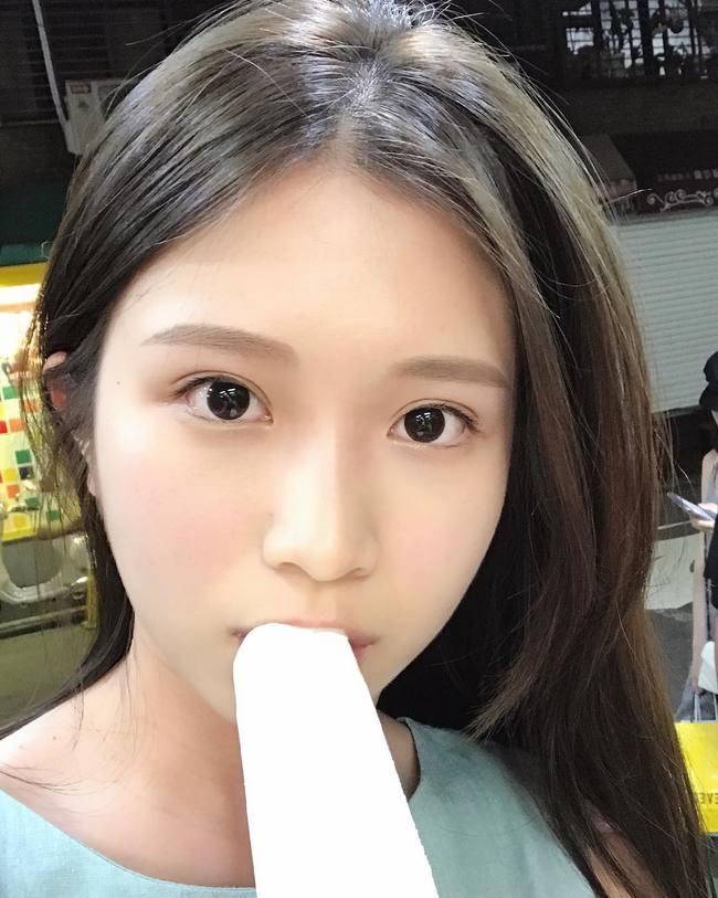 雞排妹吃冰棒 銷魂口技讓男網友跪了 | 華視新聞