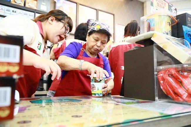 大齡超商實習生!失智爺奶賣咖啡 | 華視新聞