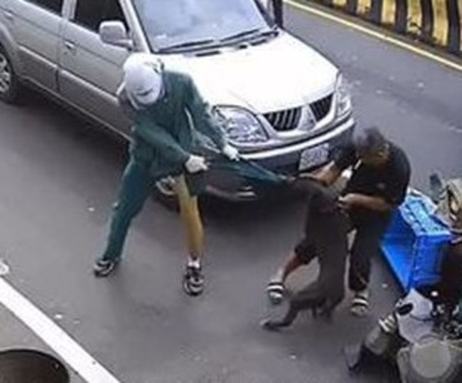 【影】比特犬發狂 狠咬郵差左腿 | 華視新聞