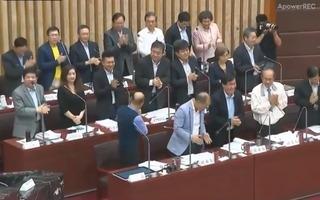 議員要官員為韓起立鼓掌 網諷:像中共人民大會堂