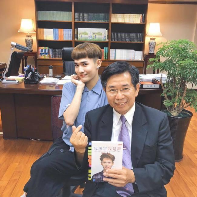 教長找「煎熬弟」鍾明軒談教育 1天觀看破百萬! | 華視新聞