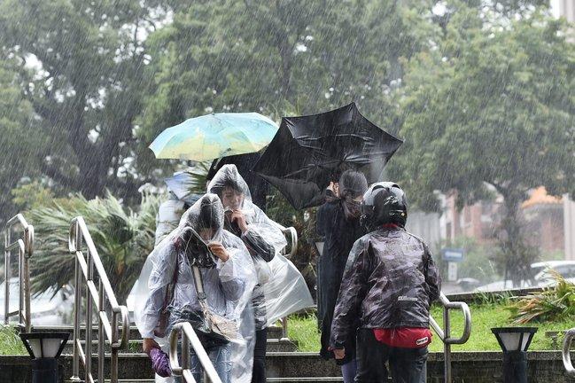 【更新】豪雨侵襲 陽明山文大正常上課 真理大學宣布停課   華視新聞