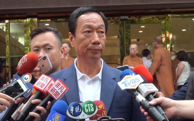 郭台銘怒戳中天記者胸口 痛批「國台辦的打手」 | 華視新聞