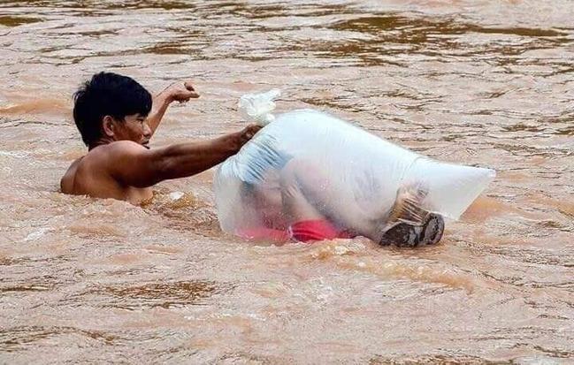 塞垃圾袋渡河! 越南孩童上學方式震驚全球 | 華視新聞