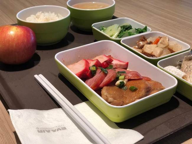 叉燒.香腸.燒雞!長榮團膳吃「三寶飯」慶600人歸隊 | 華視新聞