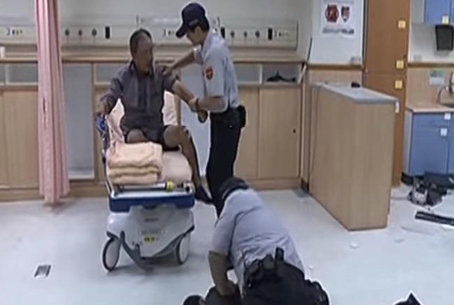 急診室失控 暴走男扛推車砸護理站 | 華視新聞