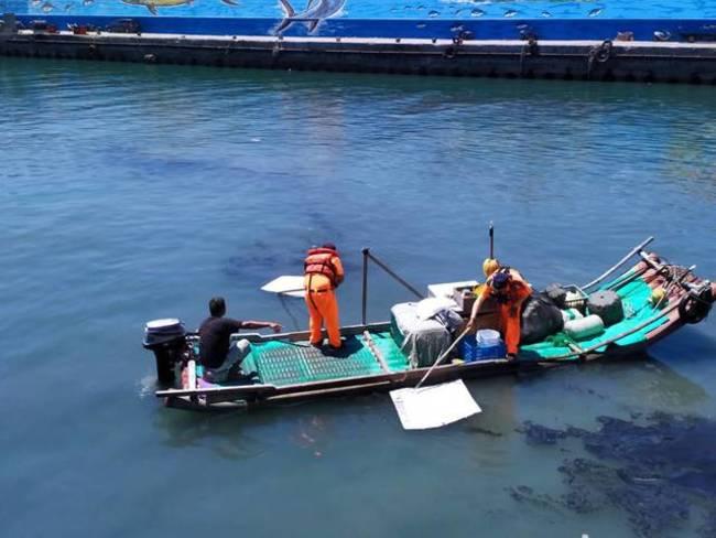 台東富岡港區漂油汙 海巡及時動員清除 | 華視新聞