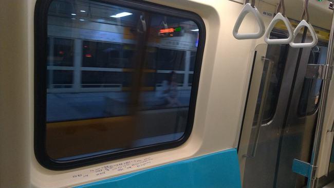 北捷新蘆線遭亂塗鴉 乘客:公德心很不好攜帶? | 華視新聞