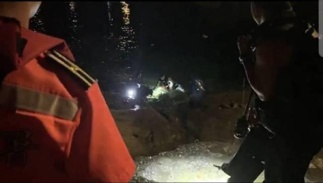 鼻頭漁港違規夜潛 5男女遭海巡制止送辦   華視新聞