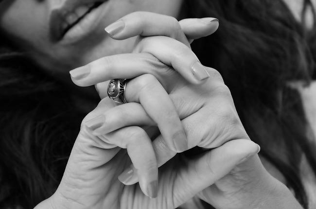 戒指卡緊緊摘不下 花蓮女手指化膿又潰爛   華視新聞