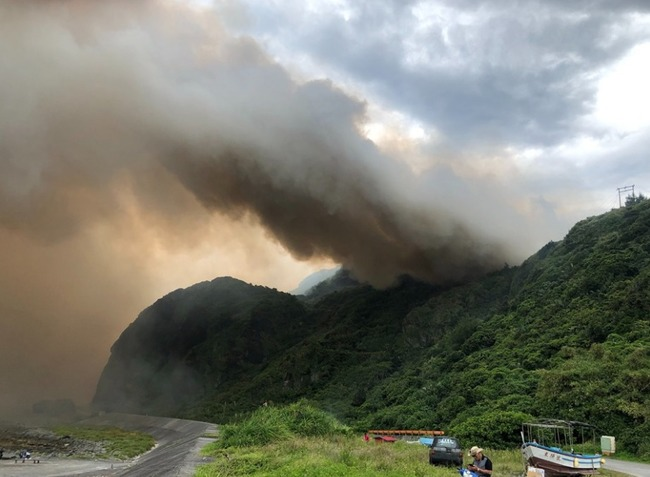 綠島再傳森林大火 飛鷹吊掛水袋空中滅火 | 華視新聞