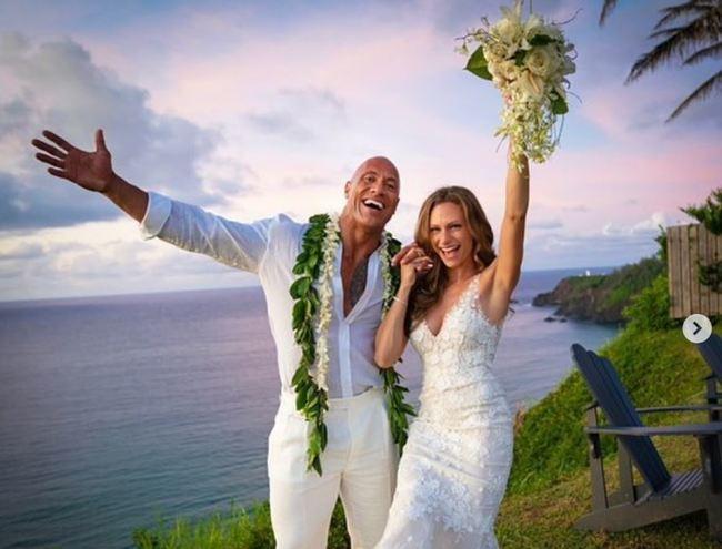 快訊》巨石強森結婚!老婆超美婚紗照曝光   華視新聞