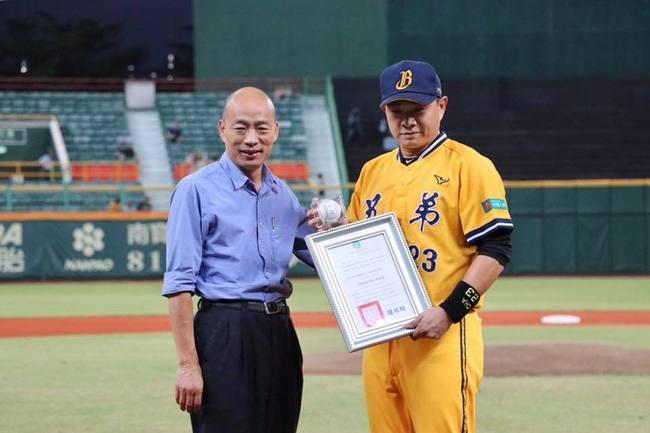 「恰恰」彭政閔棒球最終戰 韓國瑜贈簽名球惹議 | 華視新聞