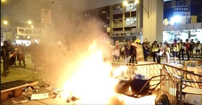 【影】香港示威者放火燃燒雜物 港鐵旺角站暫時關閉 | 華視新聞