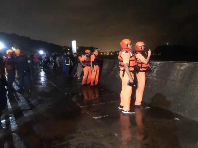 誇張!颱風夜違法釣魚受困 陸海空耗5小時救援 | 華視新聞