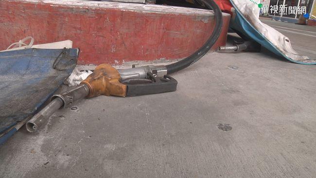 驚!加油機突爆炸 面板噴飛砸傷騎士 | 華視新聞