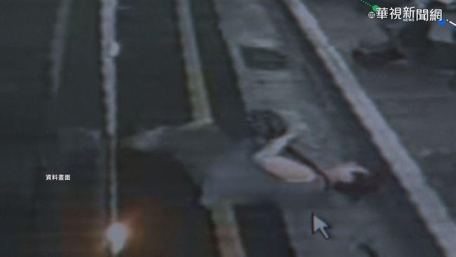 搭公車驚魂記! 母遭門夾女童被拖行 | 華視新聞